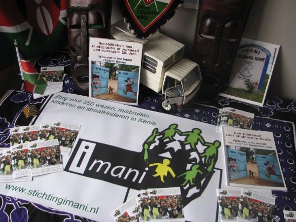 Spandoek, flyers, Keniaanse vlaggen, de Imani bus, maskers en fotoboeken over Imani beschikbaar voor inzamelingsacties